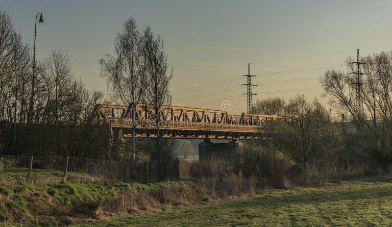 Voie et pont de chemin de fer dans la région de Bakov NAD Jizerou images stock