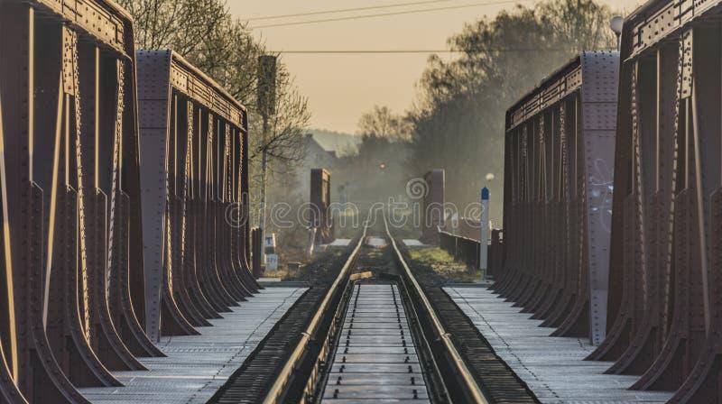 Voie et pont de chemin de fer dans la région de Bakov NAD Jizerou image stock