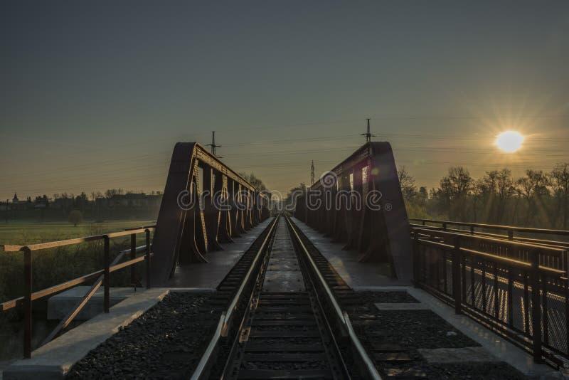 Voie et pont de chemin de fer dans la région de Bakov NAD Jizerou photos libres de droits