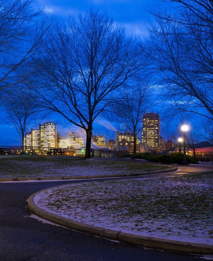Voie et ville la nuit photographie stock libre de droits