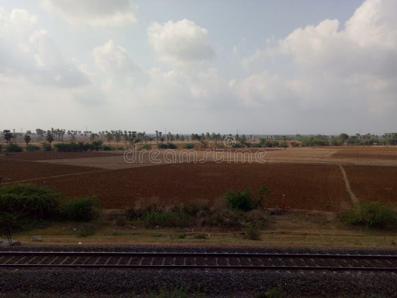 Voie ferroviaire avec le champ d'Agri image libre de droits