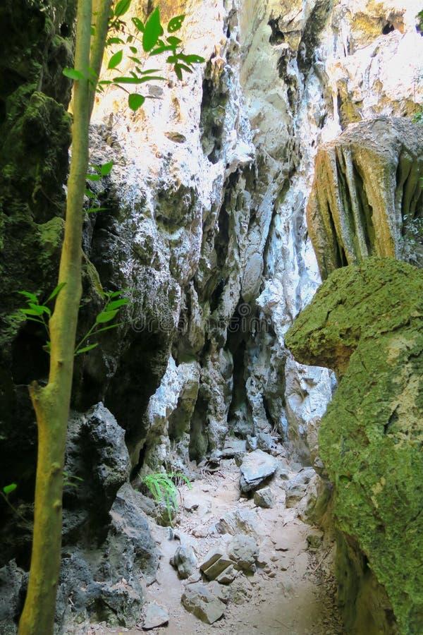 Voie par les roches, augmentant au parc national de ROI Yot de Khao Sam image libre de droits