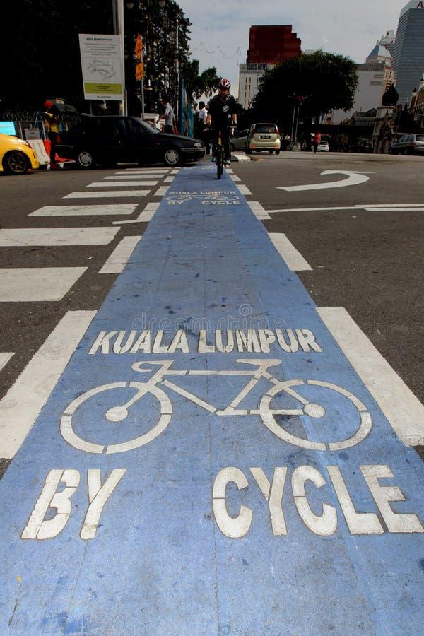 Voie pour bicyclettes colorée bleue au centre de la ville de Kuala Lumpur photo stock