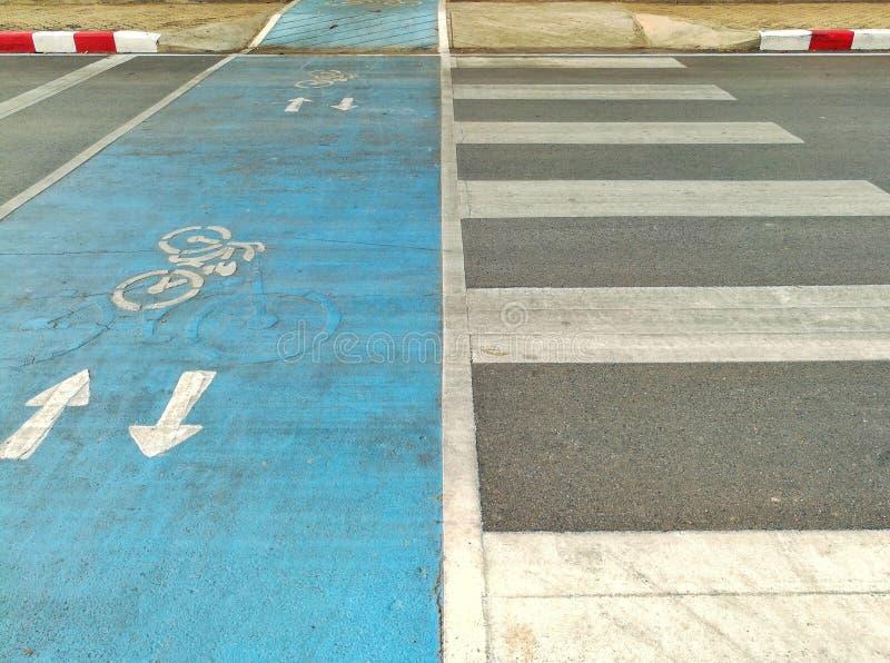 Voie pour bicyclettes et passage piéton images stock