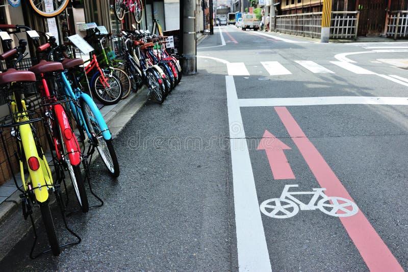 Voie pour bicyclettes sur la route dans la région de Kyoto, Japon photos stock