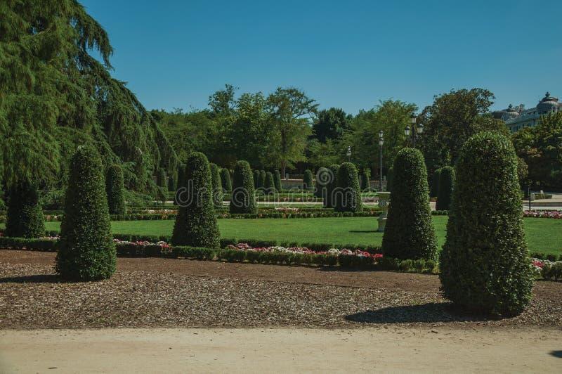 Voie sur des jardins avec des arbres en parc de Madrid images libres de droits