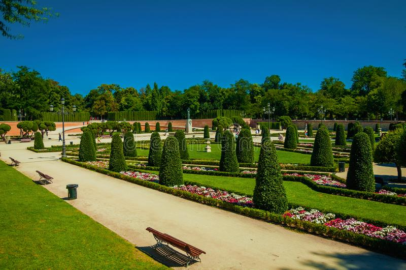 Voie sur des jardins avec des arbres et des bancs en parc de Madrid photo libre de droits
