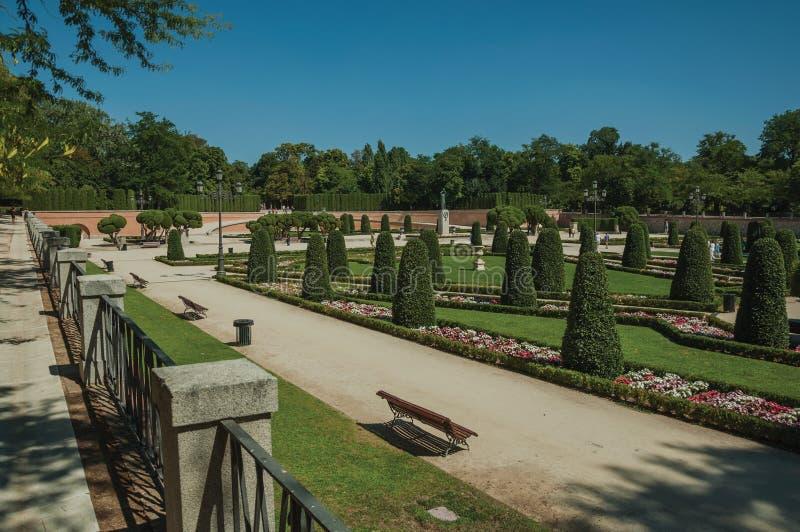 Voie sur des jardins avec des arbres et des bancs en parc de Madrid photo stock