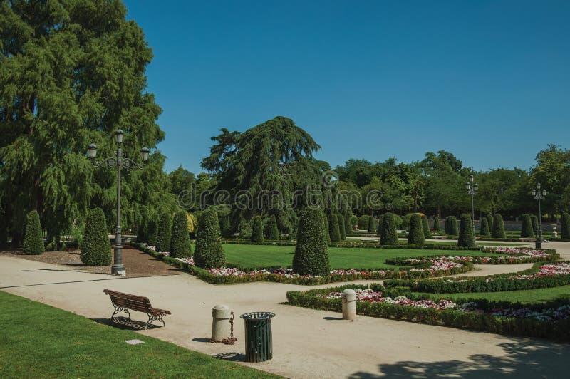 Voie sur des jardins avec des arbres et des réverbères en parc de Madrid photos libres de droits