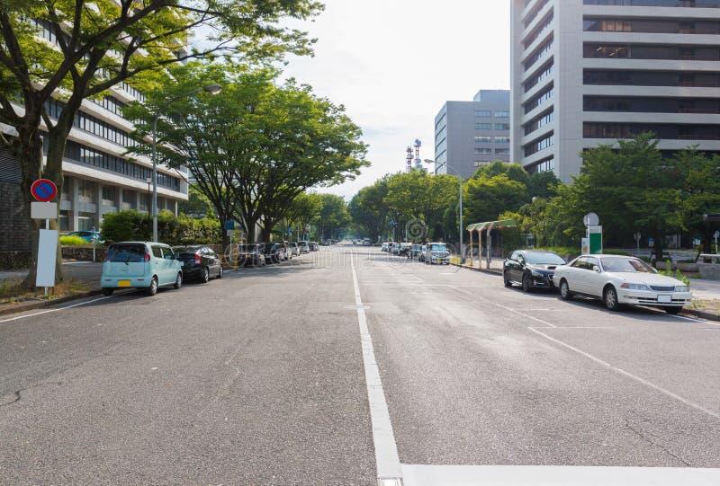 Voie urbaine avec des voitures garées près de la rue photographie stock libre de droits