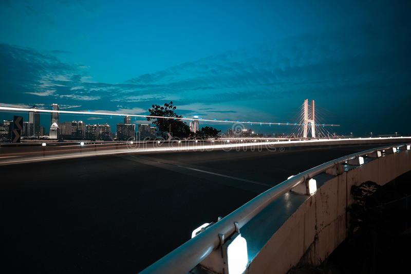 Voie urbaine et pont de scène de nuit photographie stock libre de droits
