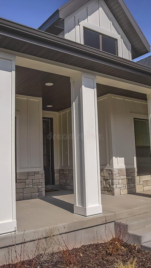 Voie verticale et escaliers menant au porche avec des piliers à la façade d'une maison image stock
