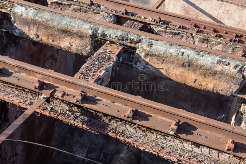 Voies élevées très vieilles de train, rouille et béton de émiettage, granules de fer photographie stock