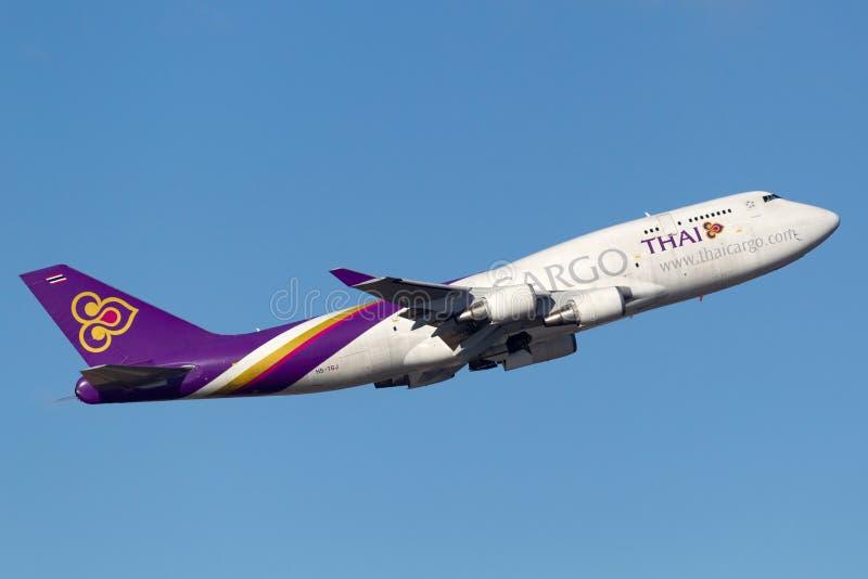 Voies aériennes thaïlandaises Boeing international de cargaison 747 avions Sydney Airport de départ de cargaison images stock