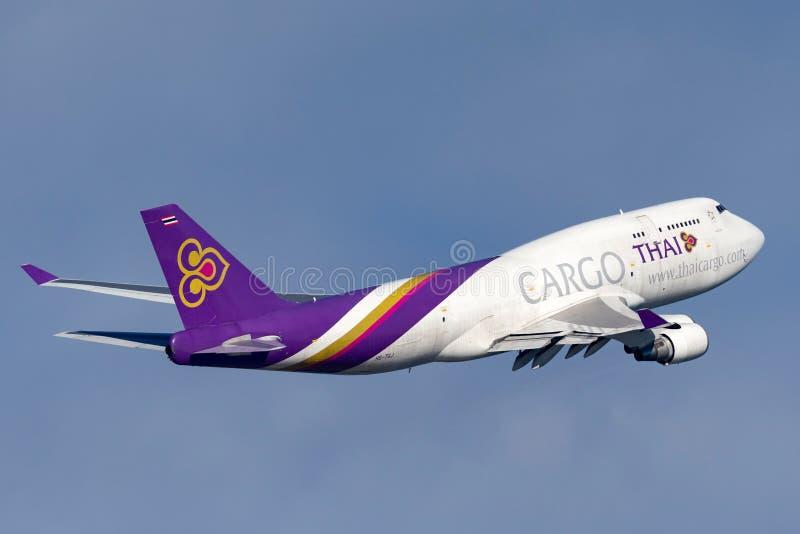 Voies aériennes thaïlandaises Boeing international de cargaison 747 avions Sydney Airport de départ de cargaison photos stock