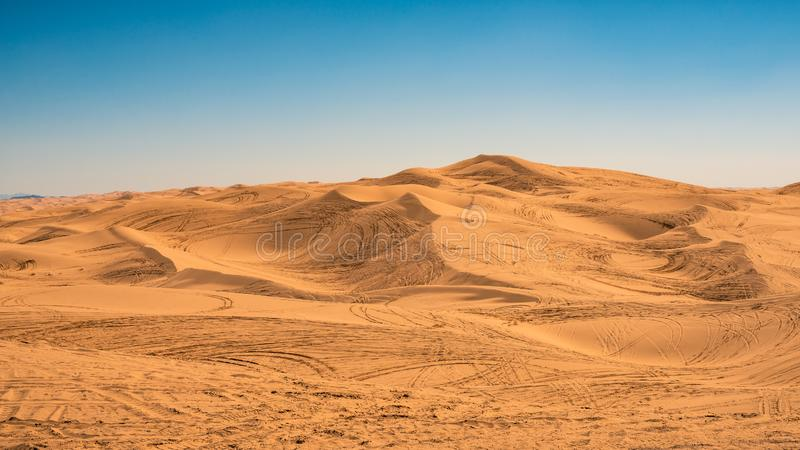 Voies d'ATV dans toutes les dunes de sable chez Glamis, la Californie photographie stock libre de droits