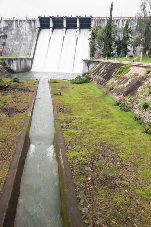 Voies d'eau à l'intérieur de barrage de Neyyar photographie stock libre de droits