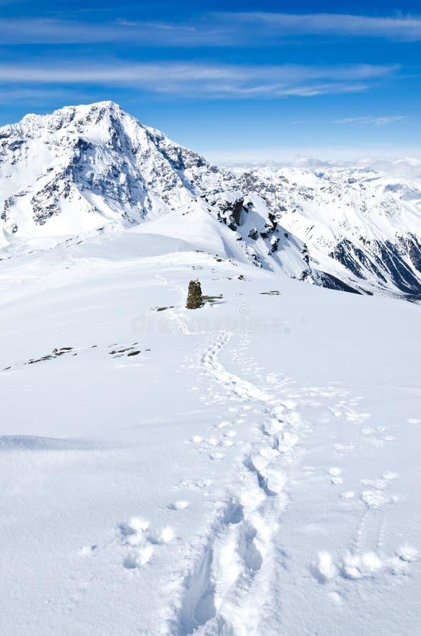 Voies dans la neige sur la crête d'une montagne photographie stock