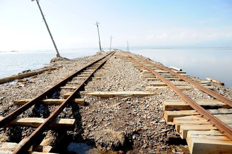 Voies de chemin de fer dans Caka Salt Lake photographie stock libre de droits