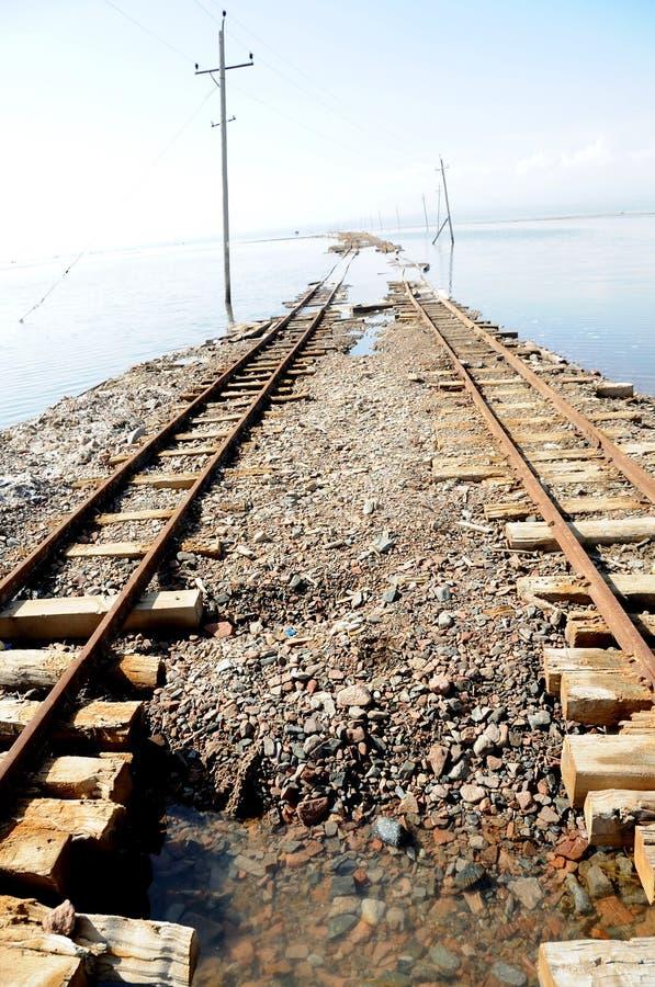 Voies de chemin de fer dans Caka Salt Lake image stock