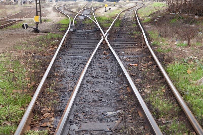 Voies de chemin de fer menant à différentes manières photographie stock