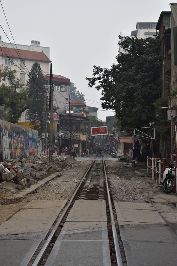 Voies de chemin de fer à Hanoï dans une zone résidentielle au Vietnam photo stock