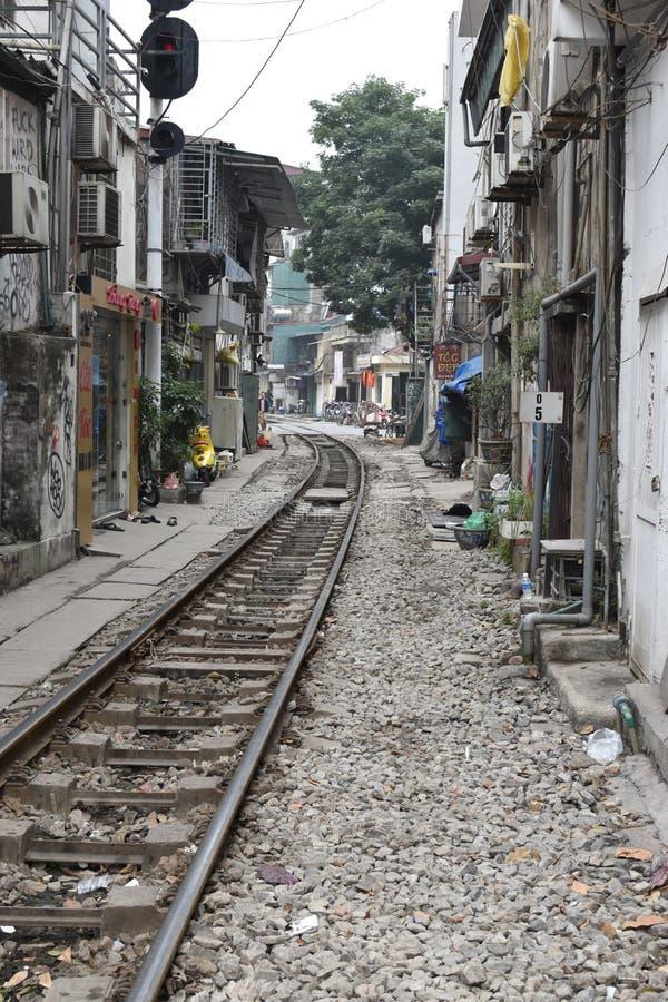 Voies de chemin de fer à Hanoï dans une zone résidentielle au Vietnam photo libre de droits