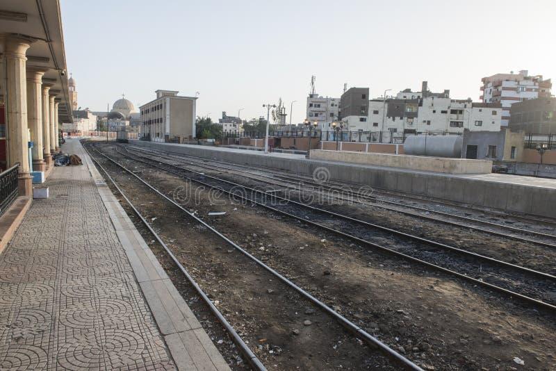 Voies de chemin de fer à la station de train urbaine en Egypte image stock