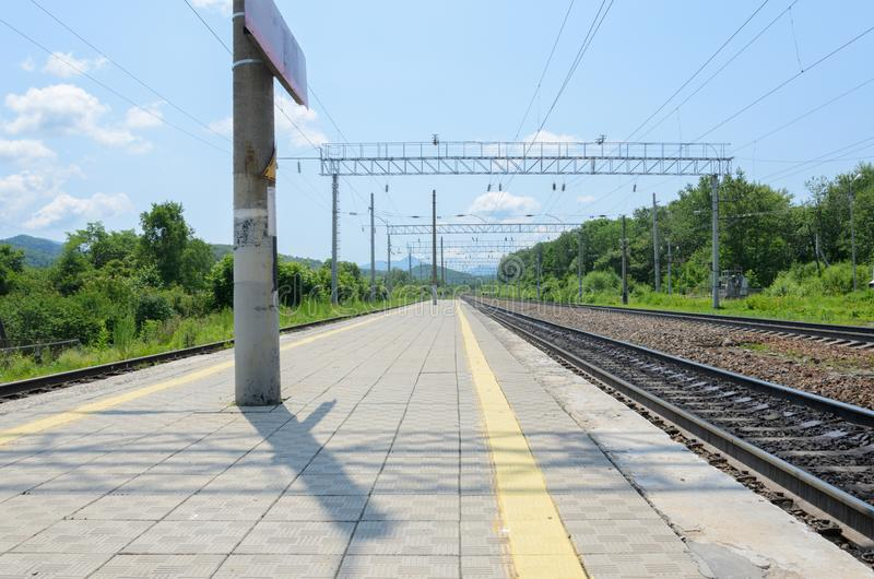 Voies de chemin de fer dans le terrain montagneux avançant à la perspective photos stock