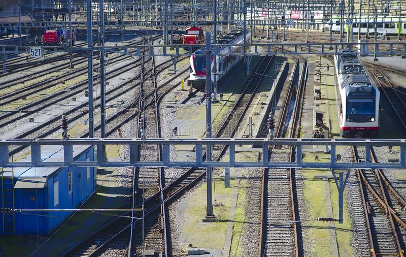 Voies de chemin de fer menant à la station photo libre de droits