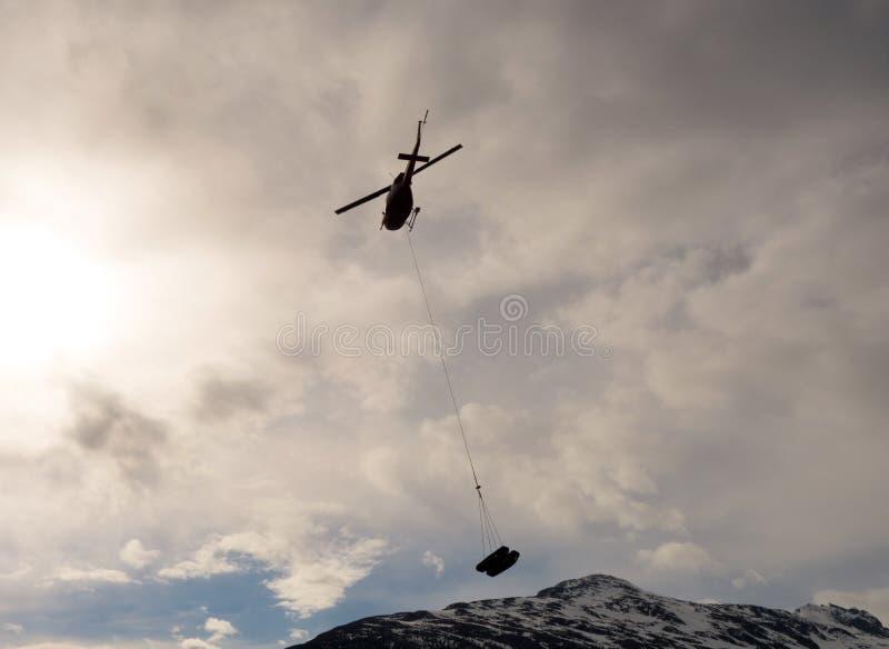 Voies de chenille lourdes transporté en hélicoptère en Alaska photo stock