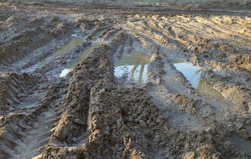 Voies de fond des pneus sur l'argile tous terrains photo libre de droits