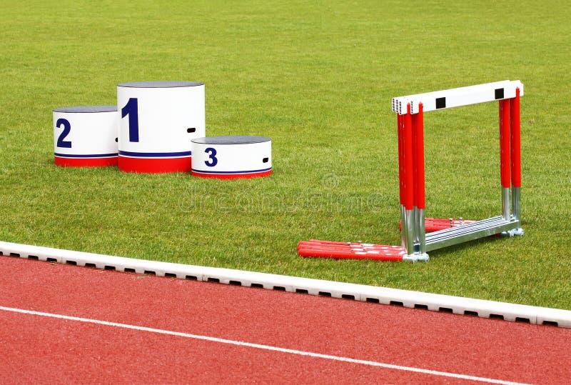 Voies de piste, le podiume du gagnant, obstacles photographie stock libre de droits