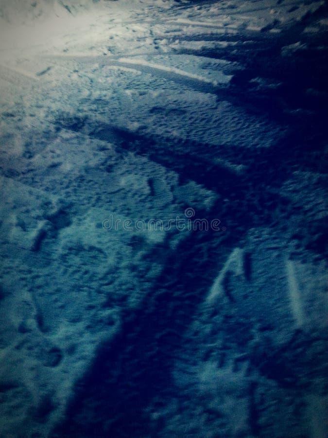 Voies de pneu dans la neige image libre de droits