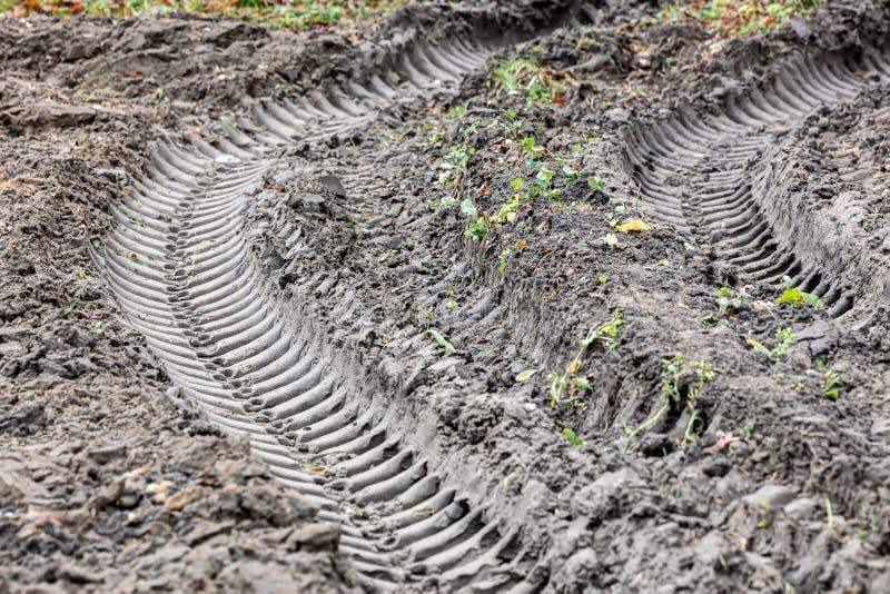Voies de pneu dans la terre après pluie photos stock