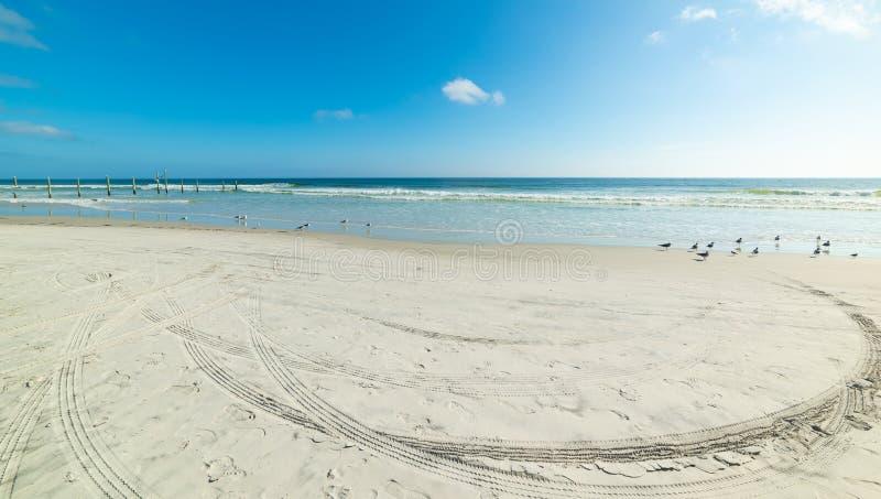 Voies de pneu sur le sable en lais de Daytona Beach photographie stock