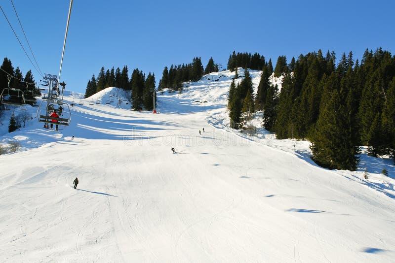 Voies de remonte-pente et de ski sur des montagnes d'Alpes de neige image stock