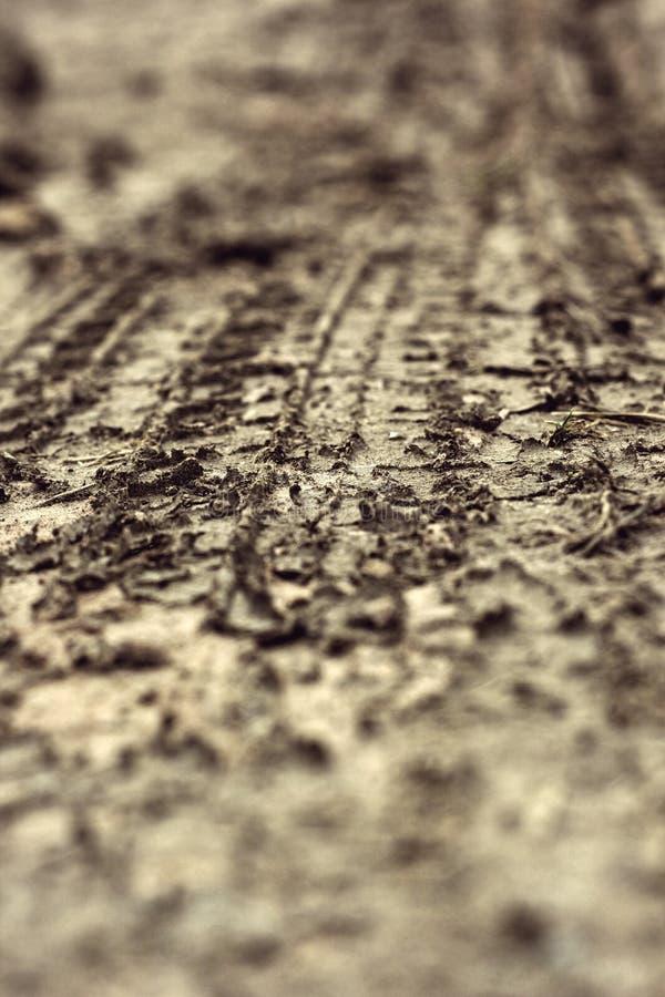 Voies de roue sur le sol image libre de droits