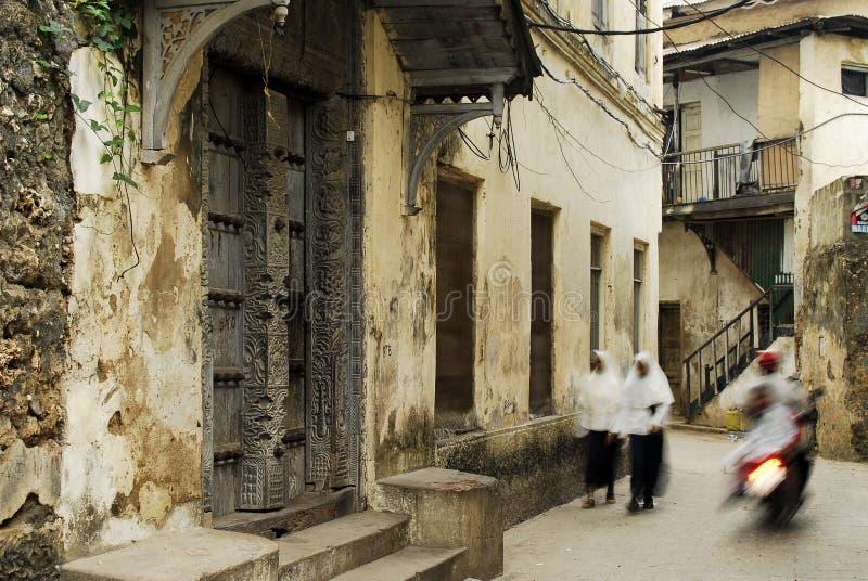 Voies de ruelle de Stowntown sur l'île de Zanzibar, outre de la côte de Tanzan image stock