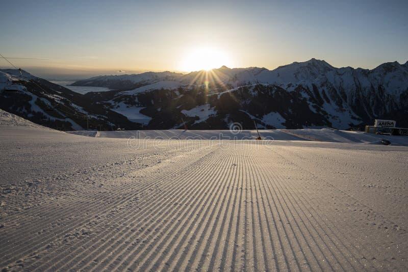 Voies de ski sur une piste toilett?e fra?che images stock