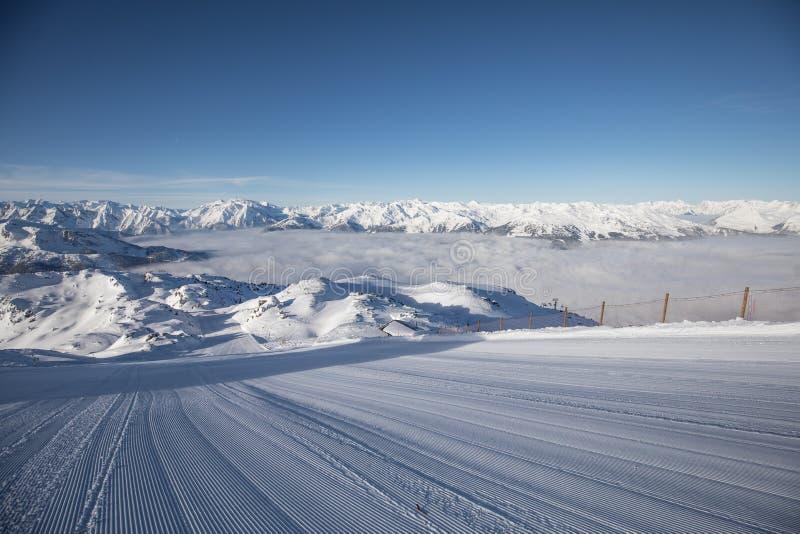 Voies de ski sur une piste toilett?e fra?che photo libre de droits