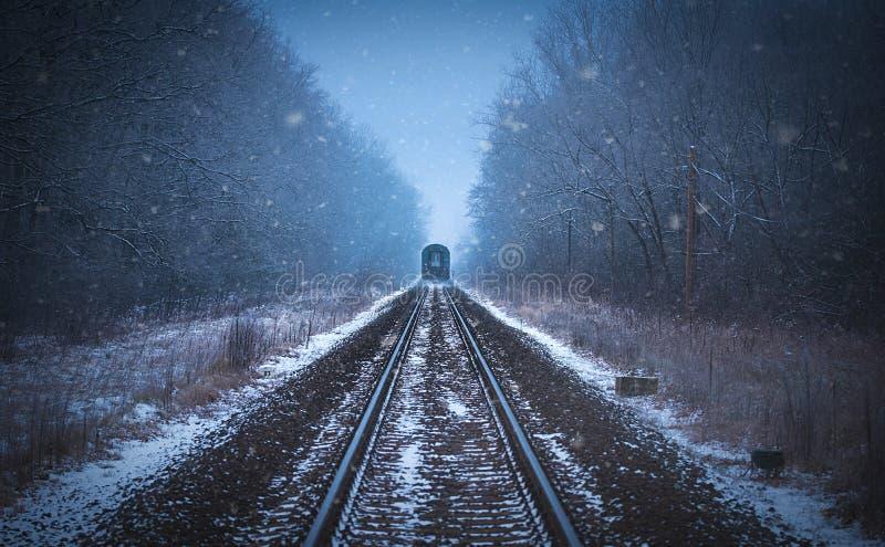 Voies de train en brume d'hiver images libres de droits