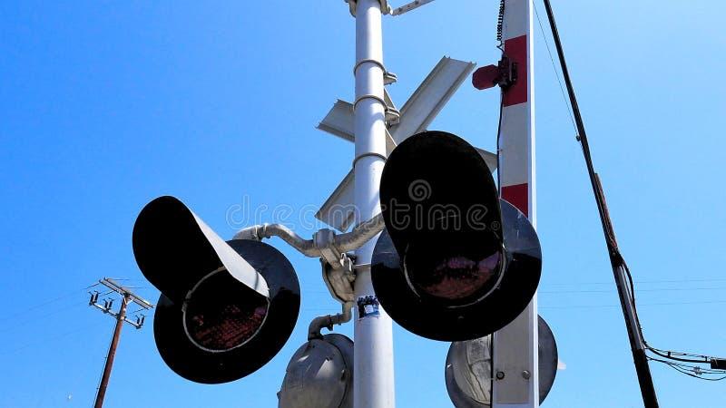 Voies de train de panneau d'avertissement de croisement de voie ferrée de train photo libre de droits