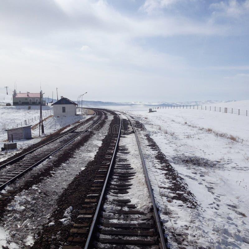 Voies de train sur le paysage neigeux images libres de droits