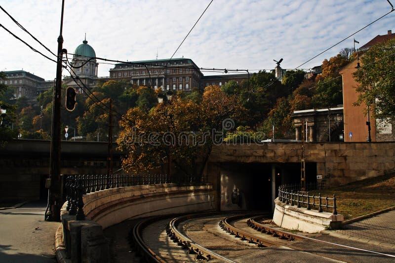 Voies de tram et tunnel sous la colline où est localisé le château de Buda, Budapest, Hongrie photos libres de droits