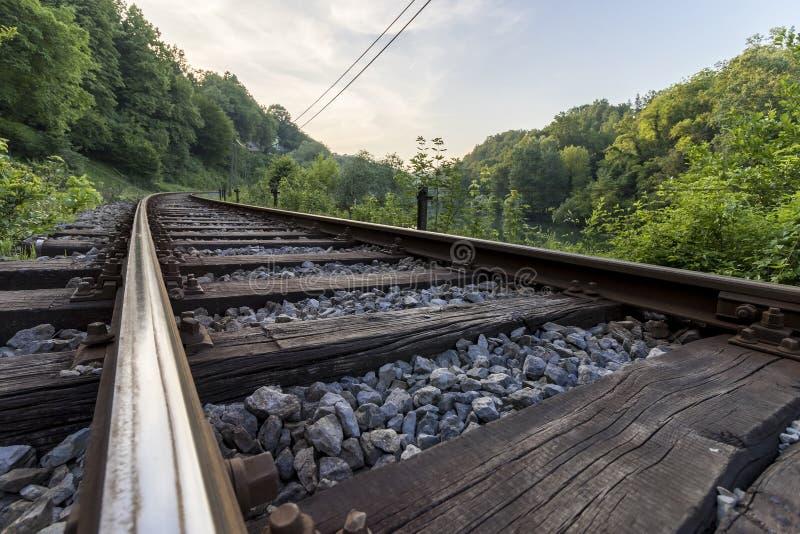 Voies de voie ferrée dans le coucher du soleil, concept de voyage photos libres de droits