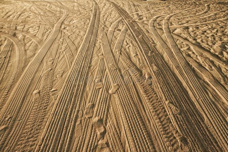 Voies des voitures sur le sable dans le désert image stock