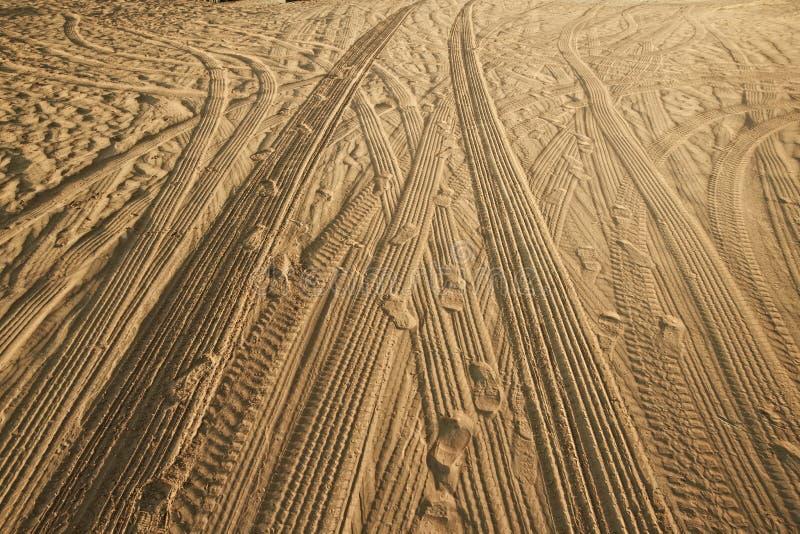 Voies des voitures sur le sable dans le désert images stock