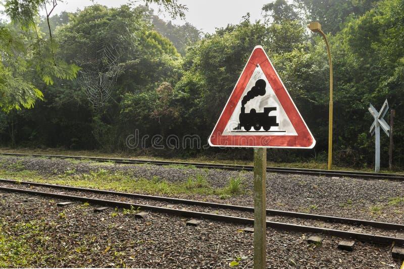 Voies et poteau indicateur de train au parc d'Iguazu en Argentine photo stock