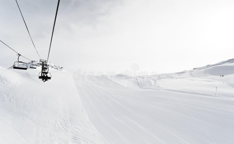 Voies et remonte-pente de ski dans la région de Paradiski, France photographie stock libre de droits